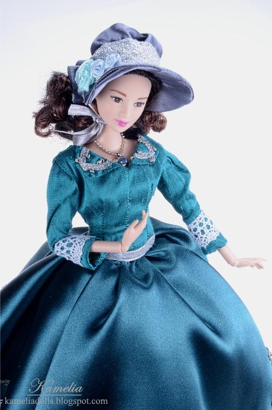 Ręcznie szyty strój dla lalki Barbie.