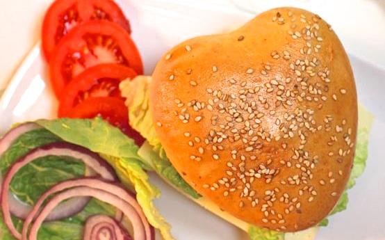 Hamburger in Herzform und köstliche Ofenkartoffeln für den Valentinstag