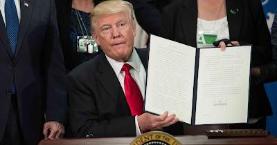 Trump firma órdenes construir muro
