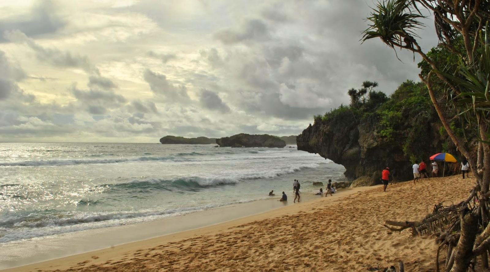pasir wisata antai indah di Pantai Somandang