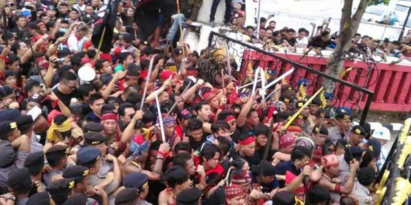 [Video] Detik-detik Massa yang Liar dan Beringas Merangsek Masuk Bandara Sam Ratulangi Mencari Fahri Hamzah