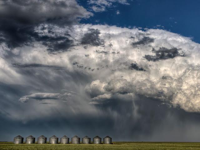 السحب الرعدية فوق ساسكاتشوان وهي في أحدى مقاطعات كندا .