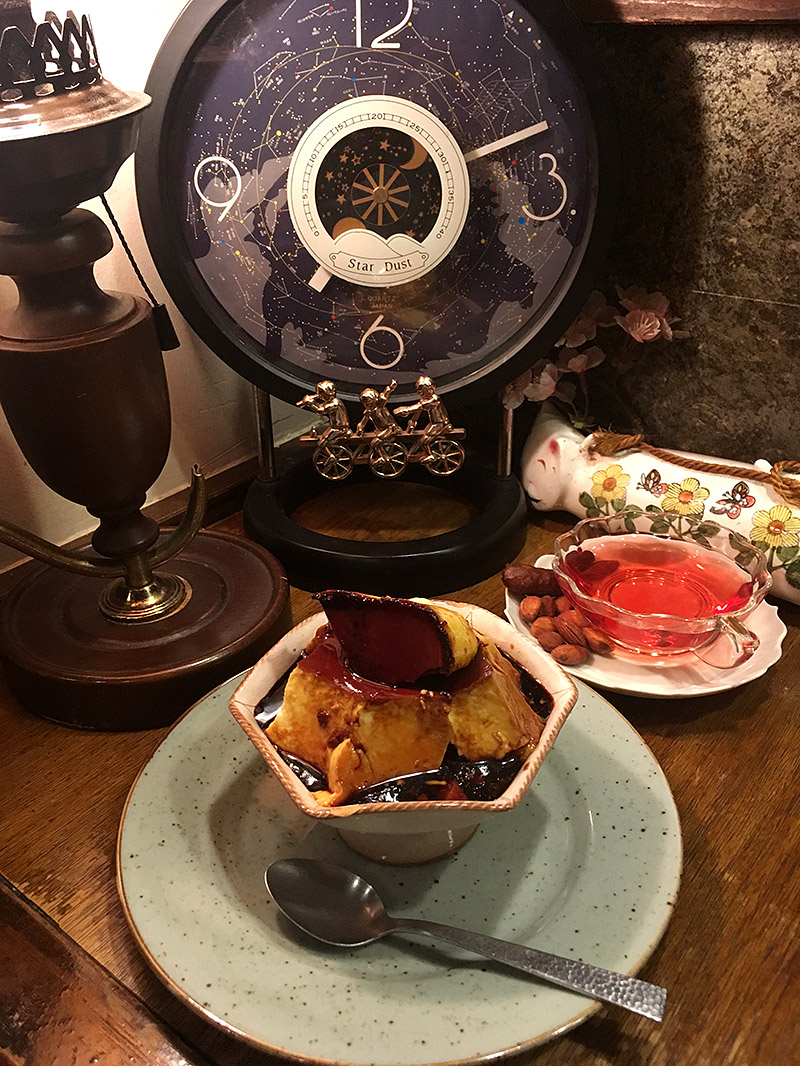 JR四ツ谷駅から新宿通りを西へ徒歩4・5分ほどにある純喫茶『高品質珈琲と名曲   私の隠れ家』のキャラメルプリンと桜色の月桃茶