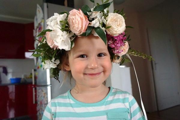 dziewczynka i wianek z żywych kwiatów - usunięcie trzeciego migdałka u dziecka w klinice jednego dnia