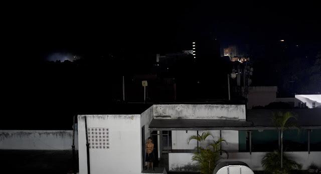 Caracas, Venezuela.- El Gobierno venezolano anunció el martes la suspensión de las actividades en centros de trabajo y escuelas por el apagón que se produjo en horas de la noche del lunes y que aún persiste en todo el país.