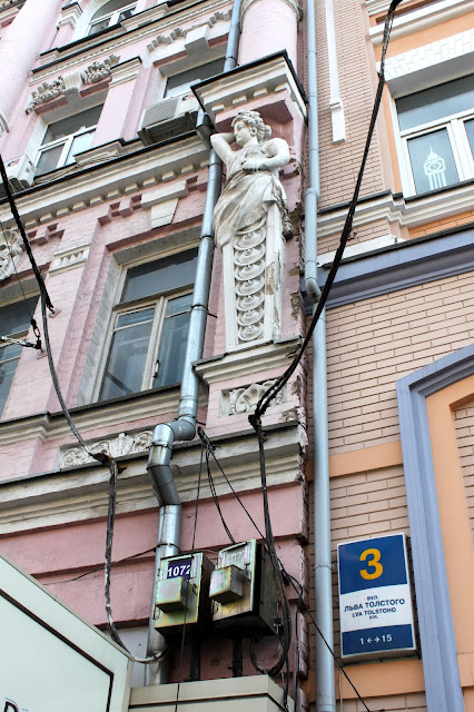 Фасад здания на площади Толстого
