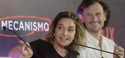 A roteirista Elena Soarez na coletiva de O Mecanismo, com o ator Enrique Diaz: novo projeto