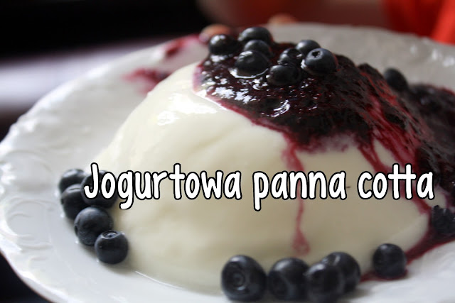 Jogurtowa panna cotta z musem jagodowym