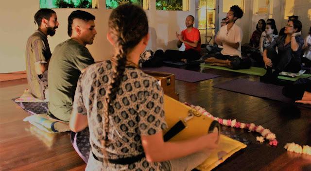 Un kirtan es una parte del Bhakti Yoga que consiste en cantar mantras devocionales. Cantos que van dirigidos al corazón de cada uno de los asistentes. Mediante el canto disolvemos nuestras tensiones y llegamos a nuestro corazón, allí donde reside el amor.