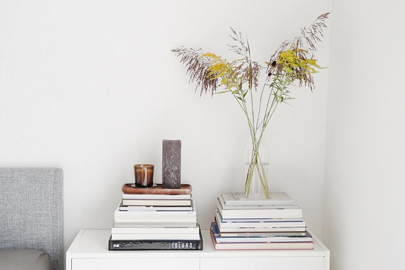 Sideboard dekorieren mit Blumenstrauß, Büchern und Kerzen für den Spätsommer und Herbst