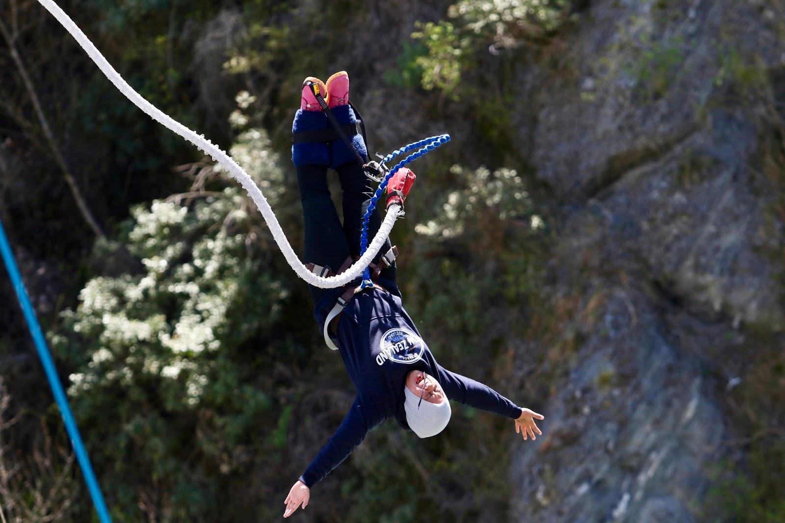 Z cesty kolem světa  Bungee jumping v hidžábu 8ecd9e0c65