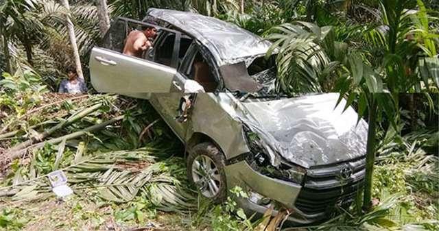 Warga menyaksikan mobil yang terjun ke jurang.