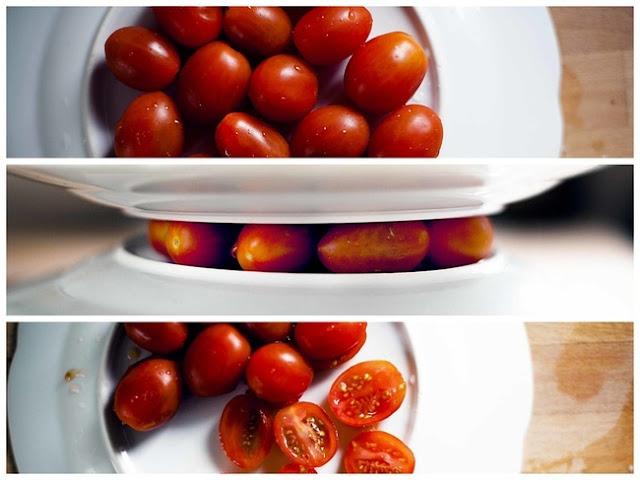 Para cortar tomates cereja facilmente, coloque-os entre o fundo de dois pratos e passe a faca no meio.