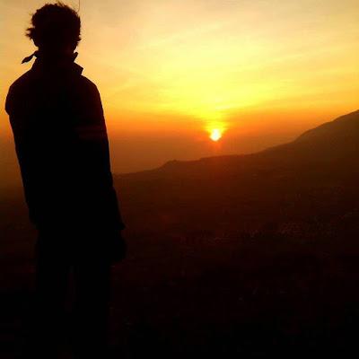 foto sunrise di puncak gunung andong magelang