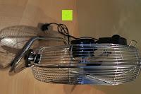 oben: Andrew James großer 45cm Bodenventilator aus Metall – 100 Watt, kraftvoller Luftfluss, 3 Geschwindigkeitseinstellungen und verstellbarer Neigung – 2 Jahre Garantie