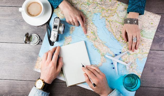 Pessoas planejando uma viagem