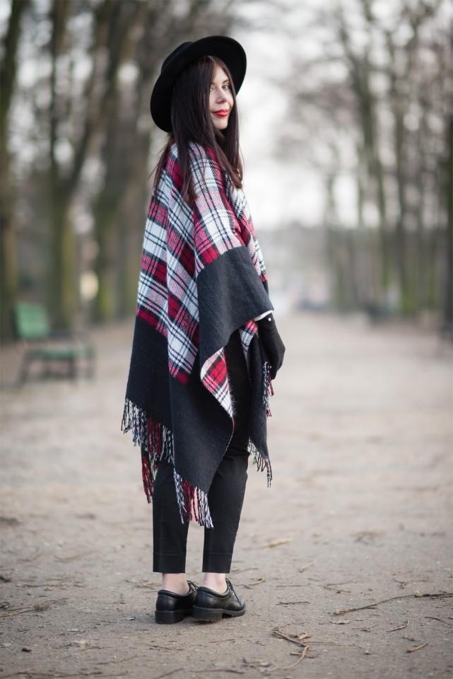 Ponczo w kratę | biała koszula | blogerka | krata | frędzle | kapelusz fedora | stylizacja boho