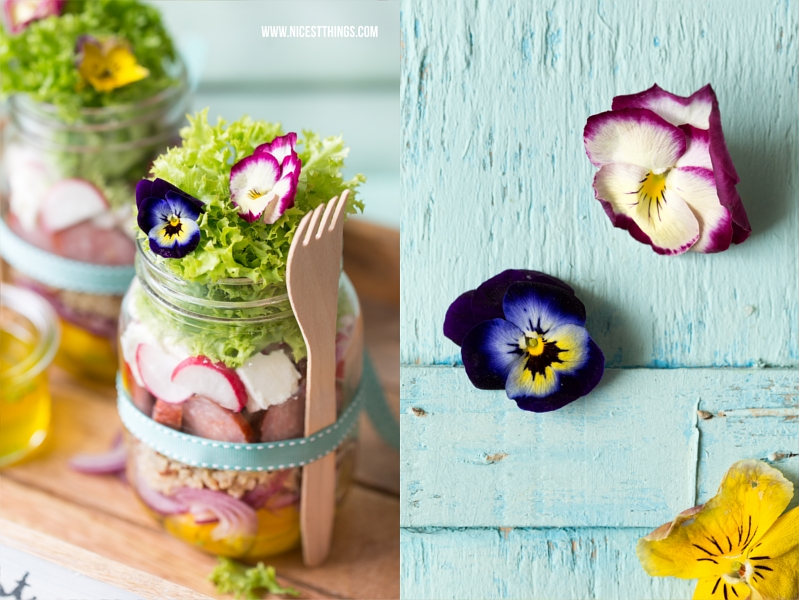 Salat im Glas mit essbaren Blüten