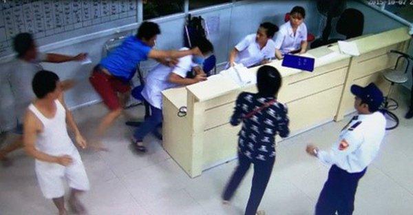 Gia Lai: Rượt đánh bác sĩ vì chậm khám cho con mình