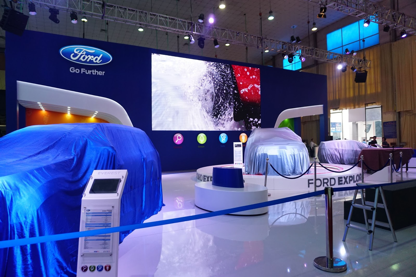 Gian hàng Ford bí ẩn với Ford Expolore 2017, mẫu SUV gia đình cỡ lớn