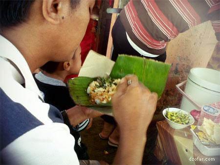 Nasi pecel berbek dibungkus daun pisang