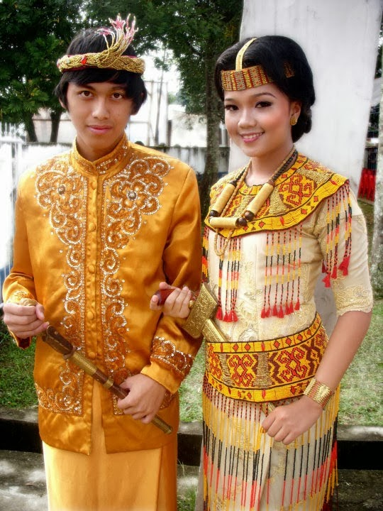 Contained in Sulawesi: Traditional Clothes from Sulawesi Provinces