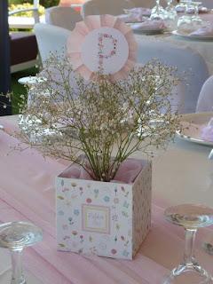 κασπώ center piece με λουλούδια και στικ με το αρχικό γράμμα του ονόματος για βάπτιση