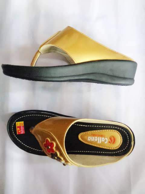 Sandal wanita Callena model Japit Gold hitam Samping