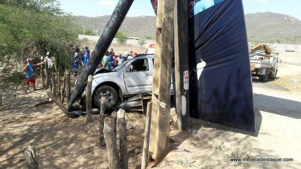 Motorista cochila ao volante na PE-160, veículo sai da pista e bate em placa e cerca de arame