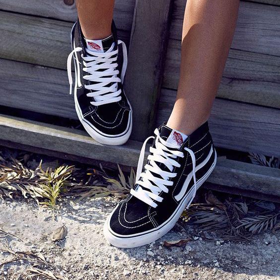 30 outfits para você usar com seu Vans preto