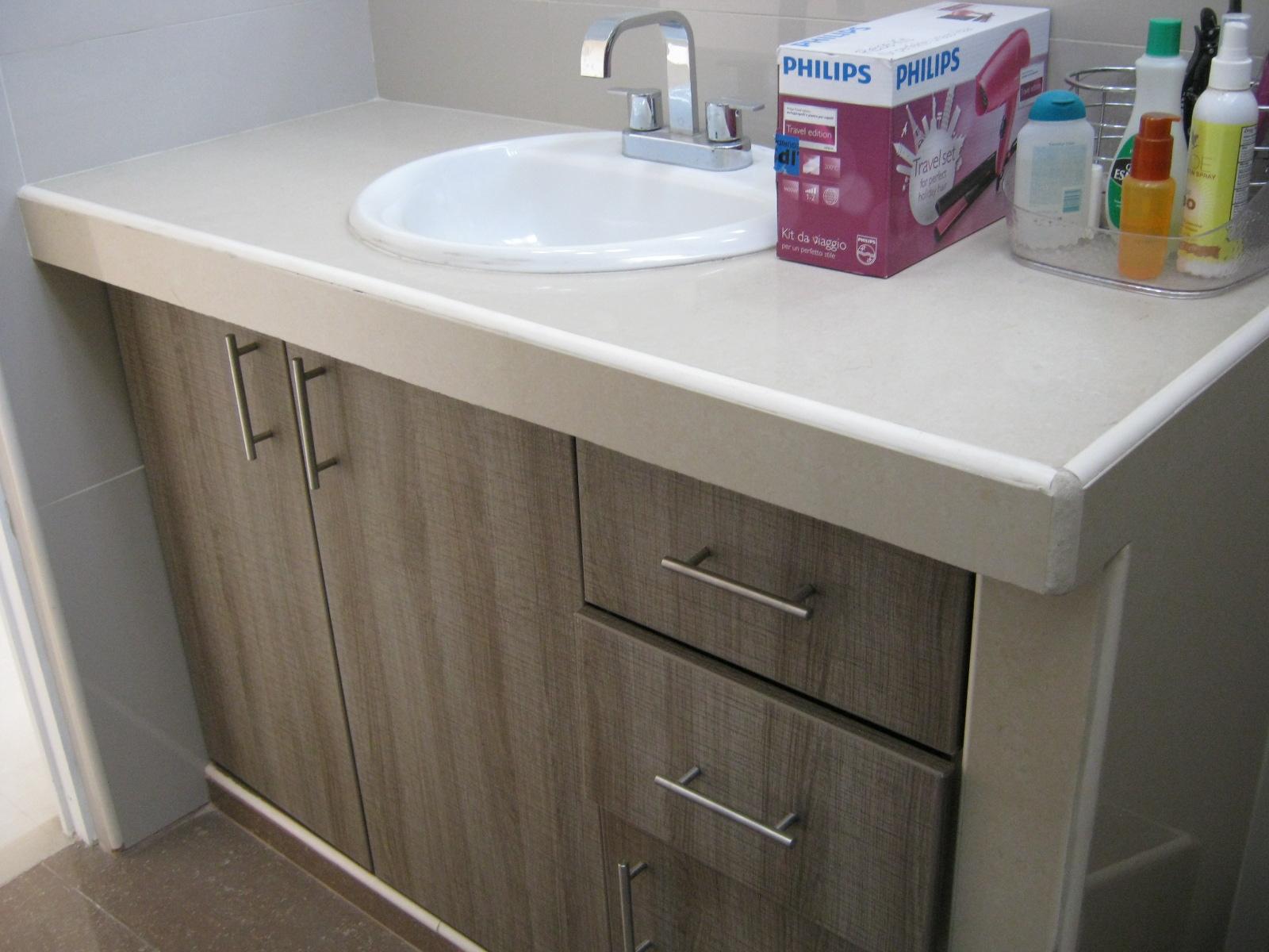 baño completo con mueble bajo en el lavatorio, puertas y cajones