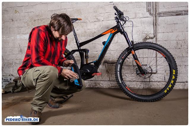 Bei der reinigung des e-Bike Akkus reicht ein feuchter Lappen, von der Reinigung der Kontakte sollte abgesehen werden.