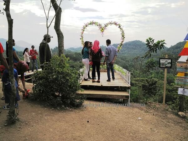 jembatan love bukit pangonan