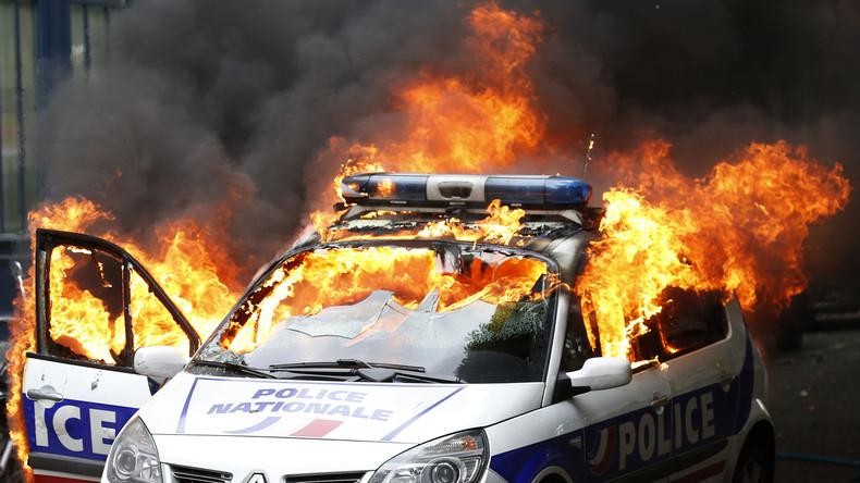 voiture de police brûlée (Photographie d'illustration)