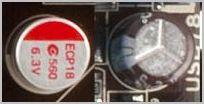 Твердотельный и электролитический конденсаторы на материнской плате