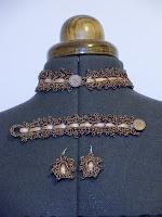 Conjunto ganchillo metálico en tonos bronce