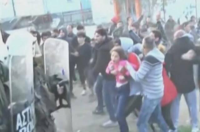 Διαβατά: Αδιανόητες εικόνες στα επεισόδια – Η στιγμή που πετάνε μικρό κοριτσάκι σε αστυνομικούς
