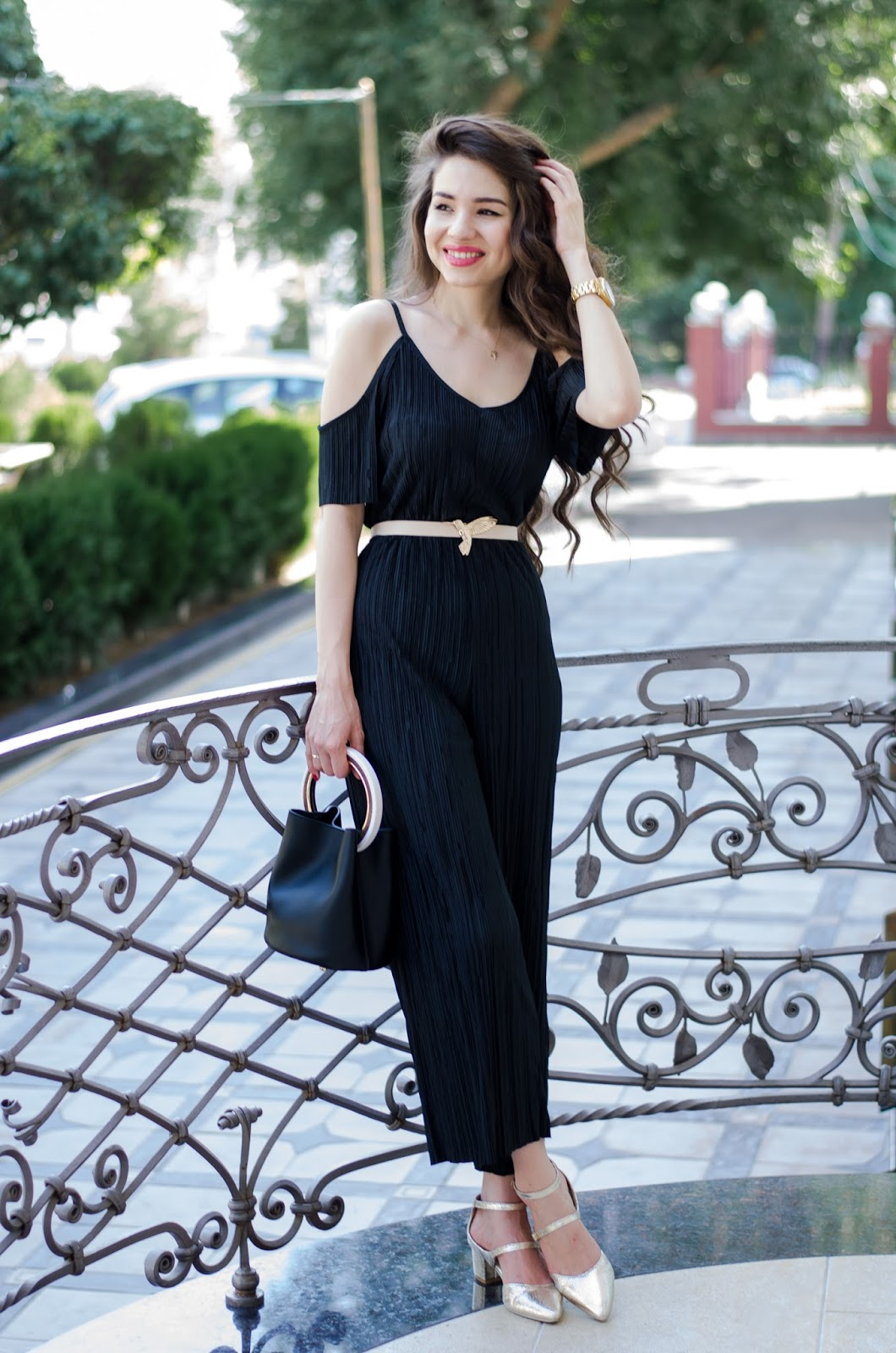diyorasnotes diyora beta fashion blogger style outfitoftheday lookoftheday black jumpsuit shein gold heels bucket bag round sunglasses street style outfit