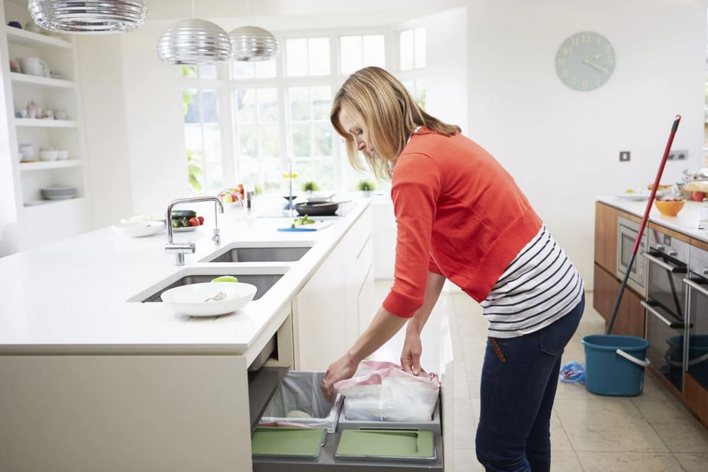 Memisahkan sampah basah dan kering di dapur rumah (blog.allstate.com)