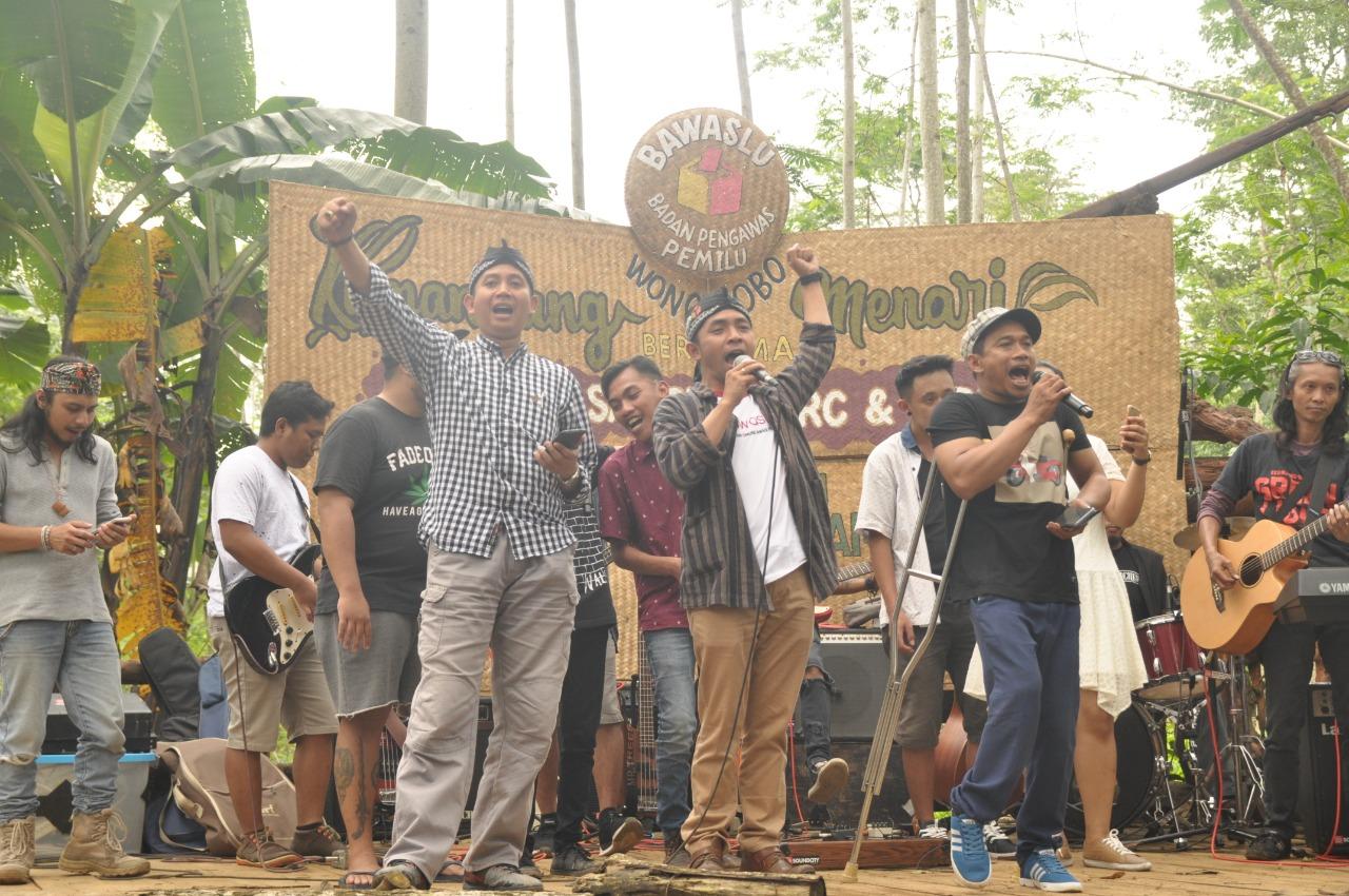 Pengunjung Pasar Kumandang Deklarasikan Ikut Awasi Pemilu