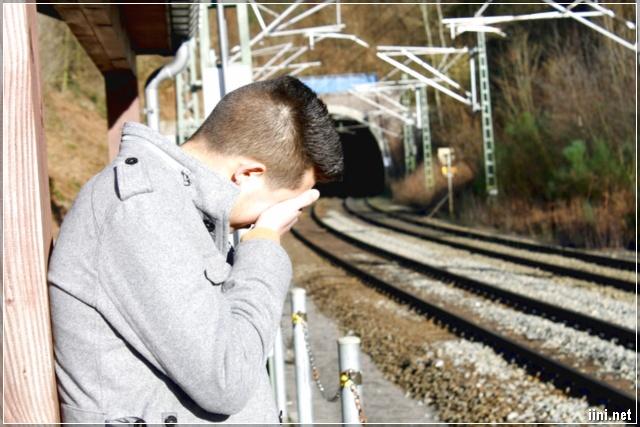 ảnh chàng trai vừa khóc vừa lau nước mắt