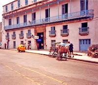 El centro de la Habana, Cuba. Photo: Global Affairs. Y es que ya han pasado 50 años, medio siglo, desde que la Revolución se alzó contra Batista. Han transcurrido cinco décadas desde que Fidel entró glorioso en La Habana en loor de multitudes. Y en este tiempo, todo el mundo ha cambiado, pero en Cuba parece que no pasa el tiempo. Sólo es necesario mirar los coches que se mueven por La Habana. Y Fidel sigue ahí. Quizás ahora como Soldado de las Ideas desde su desatendido blog. Tal vez como el ideólogo o el ventrículo que mueve un muñeco a su antojo (que sería su hermano Raúl y toda la Isla). Pero Fidel sigue presente. En todo este tiempo, Castro ha sobrevivido a atentados, a varios presidentes de Estados Unidos y a la mayor crisis que se recuerde en la Guerra Fría, la de los misiles.