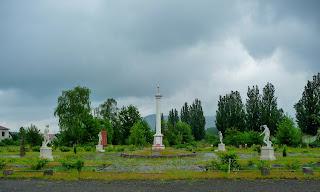 Чинадиево. Замок Сент-Миклош. Памятник Мечу