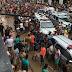 Moradores disputam comida estragada por lama da chuva em Palmares