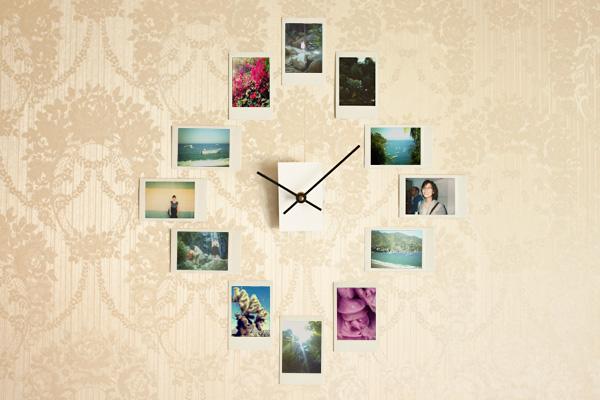 ตกแต่งผนังบ้านด้วยรูปถ่ายและนาฬิกา