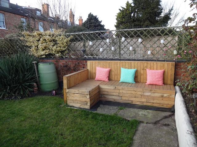 pallet sofa in garden