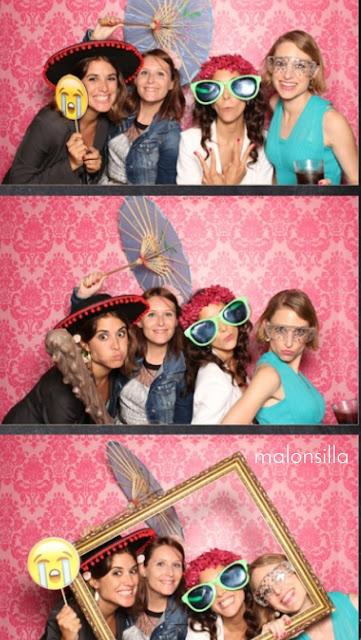 Photocall de boda  divertido con chicas posando