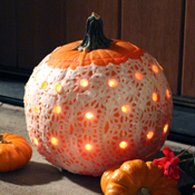 diy-halloween-decoration-drilled-doily-pumpkin