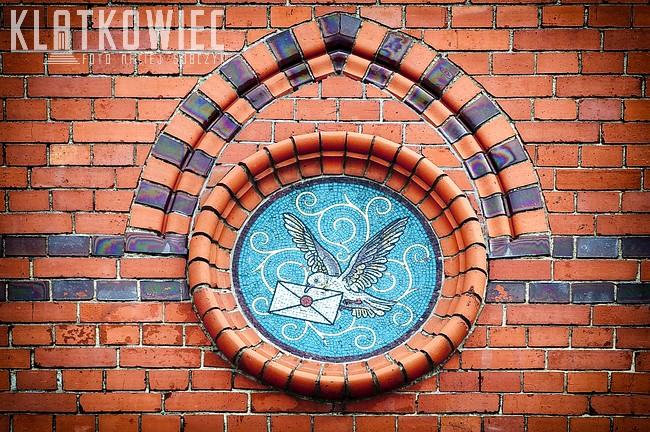 Wałcz. Budynek poczty. Detal. Mozaika z gołębiem pocztowym.