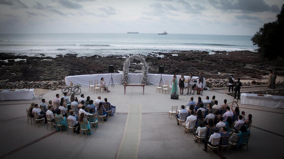 Imagem de um casamento na praia de iracema, no anfiteatro da beira mar, em fortaleza
